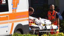 I soccorsi al vetturino di 83 anni che è stato sbalzato a terra dal cavallo imbizzarrito (foto Migliorini)