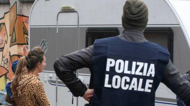 CONTROLLI Polizia locale  in azione in un  campo nomadi Da quello situato a Saronno quattro piazzole saranno trasferite a Gerenzano: esplode la protesta (foto d'archivio)