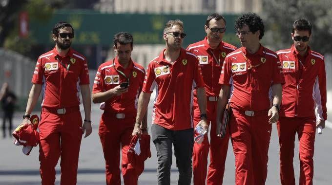 Vettel e il team Ferrari a Baku (foto Ansa)
