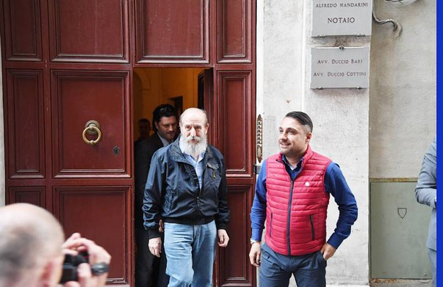 Micheloni e il nuovo proprietario Lorenzo Grassini escono dallo studio del notaio dopo la firma (Alcide)