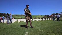 """I militari del 28° """"Pavia"""" alla cerimonia al Cimitero monumentale tra Vallefoglia e Montelabbate"""