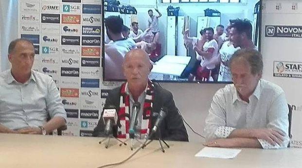 Il presidente del Rimini Giorgio Grassi tra l'ad Tiziano Fabbri  e Massimo Fabbri