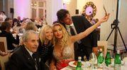 Mario e Patrick Baldassari insieme a Paola Batani e Valeria Marini, anche quest'anno madrina d'eccezione del premio Cinque Stelle al Giornalismo (foto Corelli)