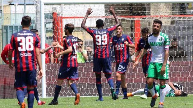 Il disappunto del Sassuolo dopo uno dei gol del Crotone (Ansa)