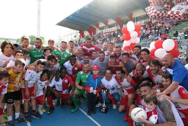 Il Rimini festeggia la promozione in C (foto Petrangeli)
