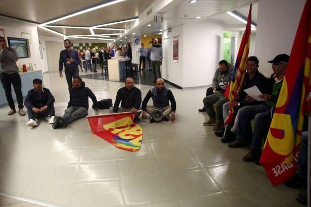 La protesta dei facchini nella sede di Leroy Merlin a Rozzano (Lapresse)