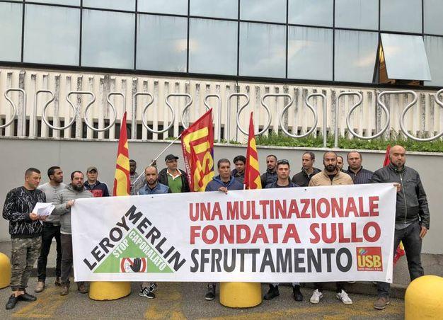 La protesta dei facchini davanti alla sede di Leroy Merlin a Rozzano (Mdf)