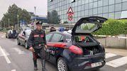 L'arrivo dei carabinieri davanti alla sede di Leroy Merlin a Rozzano (Mdf)