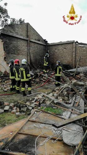 Vigili del fuoco al lavoro per spegnere le fiamme