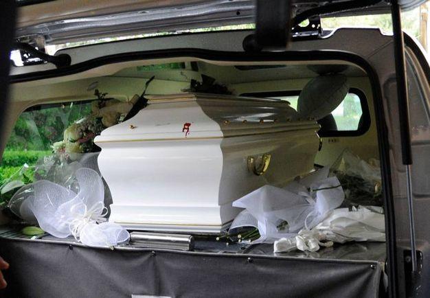 Rose bianche fatte recapitare all'obitorio per l'ultimo saluto alla ragazza uccisa (foto Calavita)