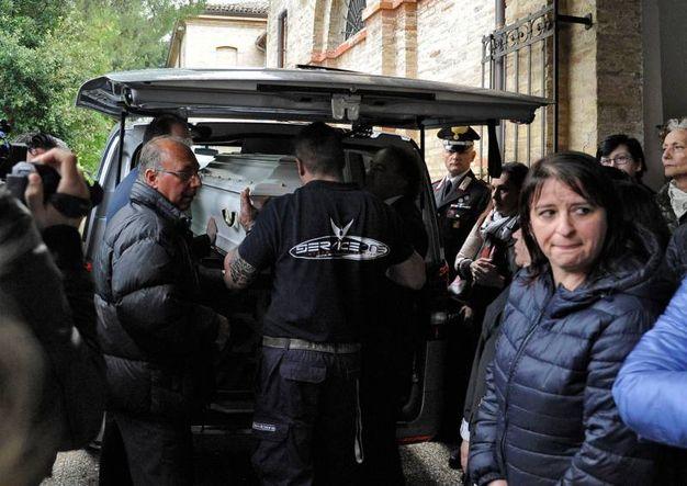 Il feretro esce dall'obitorio di Macerata (foto Calavita)