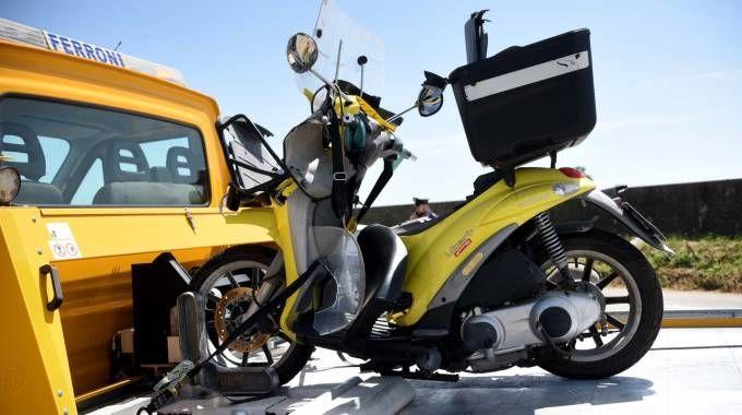 Lo scooter sul quale viaggiava la vittima