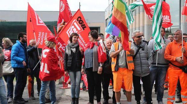 Il presidio organizzato davanti alla sede della Cims in via Molino Rosso
