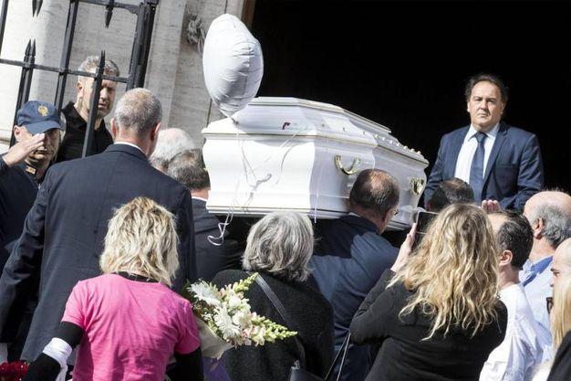 Scortato da motociclisti della Polizia di Roma Capitale la bara bianca è stata trasferita nella chiesa d'Ognissanti, dove verranno celebrati i funerali (Foto Ansa)