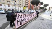 """. """"Infinitamente manchi ma ci sei..."""", è scritto su uno striscione color rosa appeso a una inferriata all'esterno della chiesa (Foto Ansa)"""