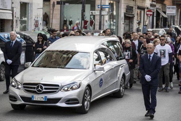 Nel percorso da casa fino in chiesa, il carro funebre è stato accompagnato a piedi dai genitori, da altri congiunti e amici di Pamela (Foto Ansa)