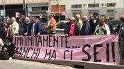""". """"Infinitamente manchi ma ci sei..."""", è scritto su uno striscione color rosa appeso a una inferriata all'esterno della chiesa (Foto Pagnanelli)"""