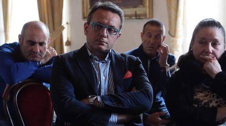 Il liquidatore della tenuta Davide Piccioli e alcuni lavoratori