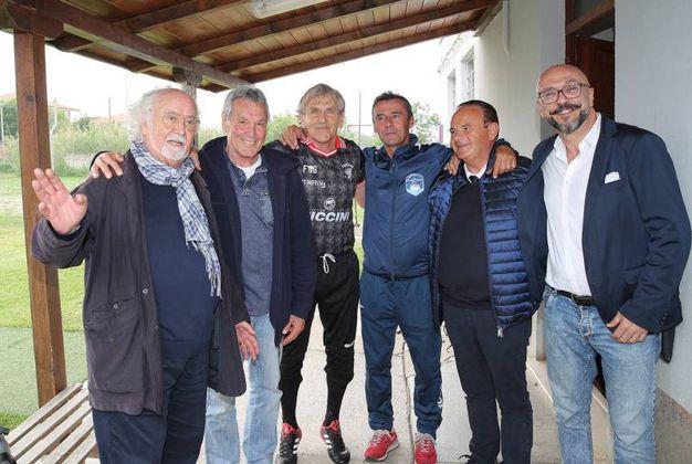 Una foto di gruppo a fine partita (foto Print)