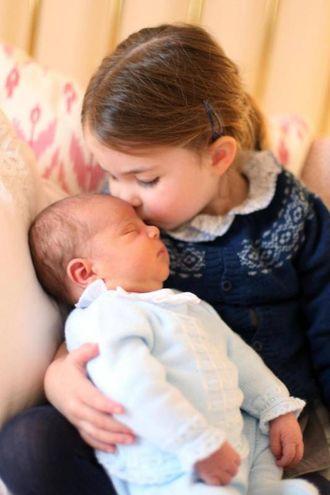 Le prime foto del Royal Baby Louis in braccio alla piccola Charlotte (Ansa)