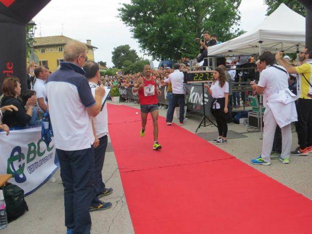 L'arrivo del vincitore della maratona. Il marocchino Youness Zitouni (foto Sandro Franceschetti)