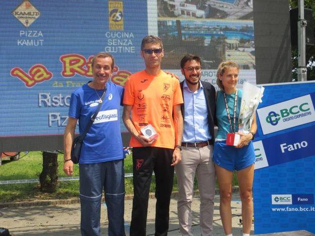 I vincitori dell mezza maratona Davide Seri e Federica Stedile con il presidente della ColleMar-athon Annibale Montanari (primo a sinistra) e il sindaco di Mondolfo Nicola Barbieri (terzo da sinistra) (foto Sandro Franceschetti)