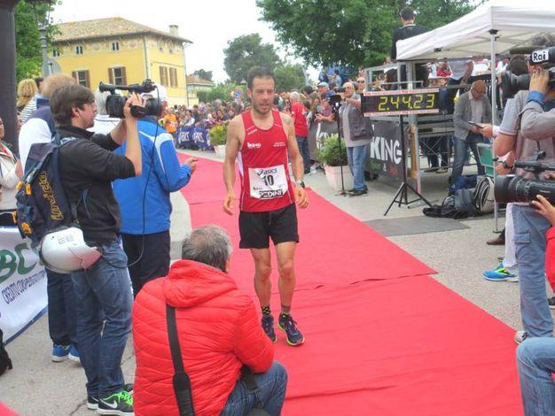 L'arrivo del secondo classificato della maratona. Il senigalliese Cristian Carboni (foto Sandro Franceschetti)