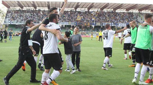 La festa in campo dopo la vittoria (foto Ravaglia)