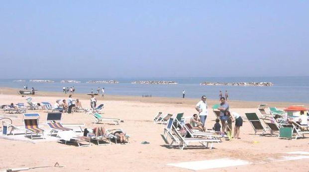 Senigallia, turisti in spiaggia (foto Effimera)