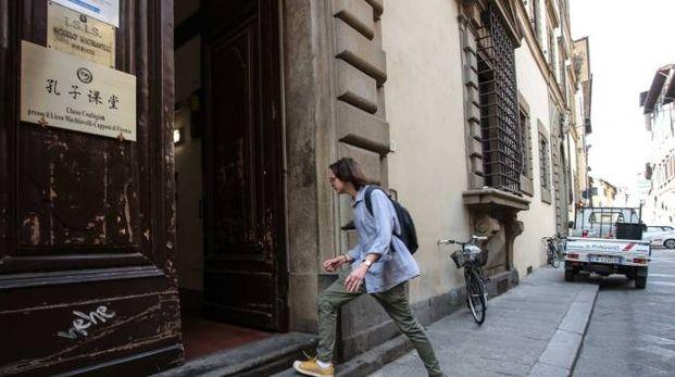 L'ingresso del liceo Machiavelli-Capponi in Santo Spirito. A destra, la dirigente Gilda Tortora