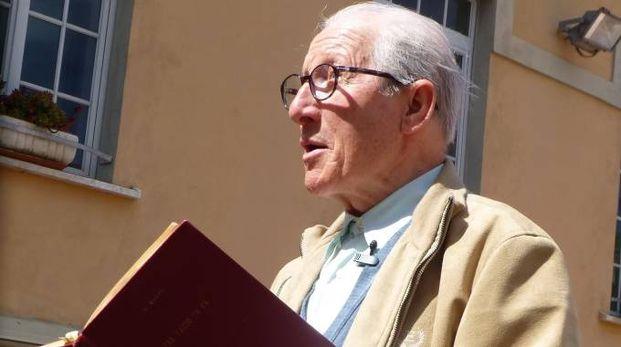 Edilio Bellè mentre legge un libro in dialetto massese