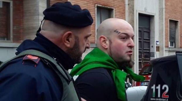 L'arresto di Luca Traini bloccato e ammanettato dai carabinieri