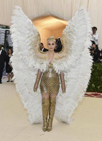 Katy Perry con l'abito firmato Atelier Versace (Ansa)