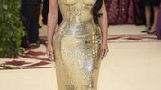 Kim Kardashian con l'abito di Donatella Versace (Ansa)