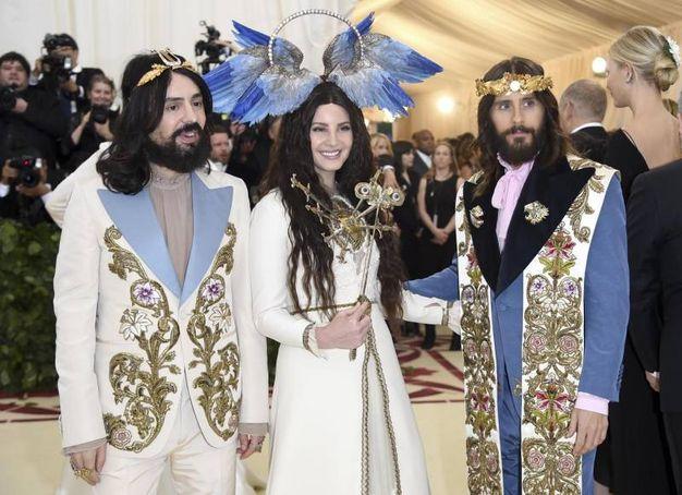 Gli abiti di Gucci: Alessandro Michele con Lana Del Rey e Jared Leto (Ansa)