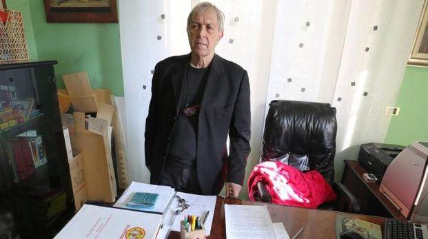 Sergio Bramini, 71 anni, nell'ufficio della sua abitazione