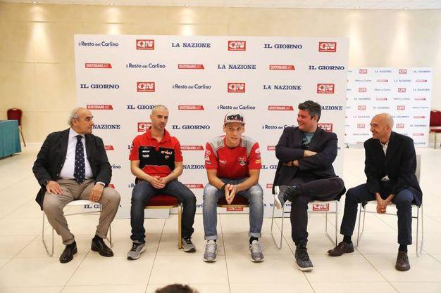 Melandri e Savadori con il condirettore Beppe Boni e il capocronista Valerio Baroncini (Isolapress)