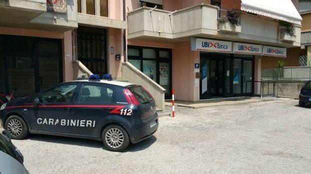 I carabinieri davanti alla banca (foto Zeppilli)