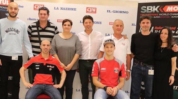 Pino Gobbi (con la maglia bianca) accompagnato dal figlio Denis ha incontrato i piloti Marco Melandri e Lorenzo Savadori nella sede centrale del Resto del Carlino