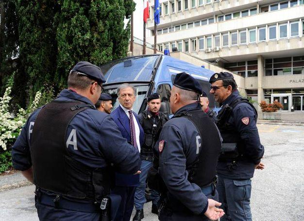 Circa 40 agenti formano un cordone di sicurezza intorno al tribunale (fdoto Calavita)
