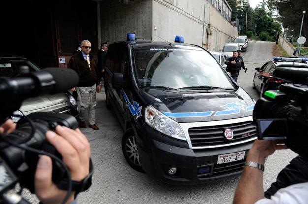 L'assedio dei giornalisti all'uscita dal tribunale (foto Calavita)
