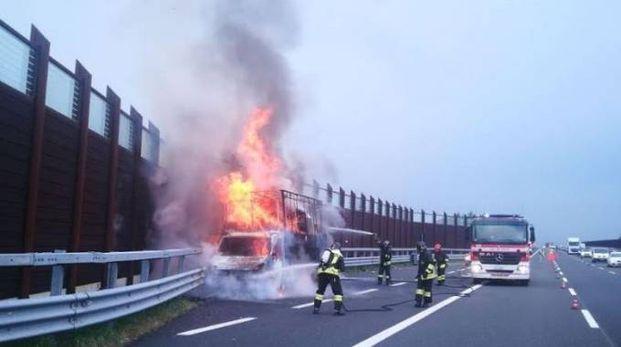 Il furgone in fiamme sull'autostrada al casello di Rimini