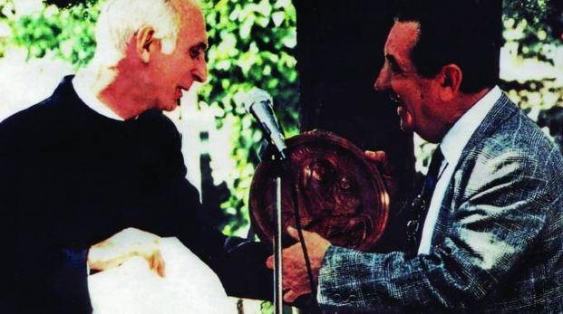 l presidente Bassani col parroco don Ferdinando: la nuova sede di viale Cavina nacque grazie al loro accordo