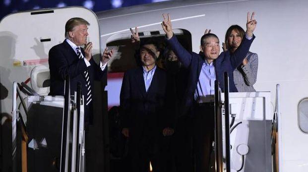 Donald e Melania Trump accolgono gli americani liberati dalla Corea del Nord (Ansa)