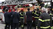 L'ultimo viaggio del pompiere  Daniele Clizia sull'autoscala dei vigili del fuoco di Fano (Fotoprint)