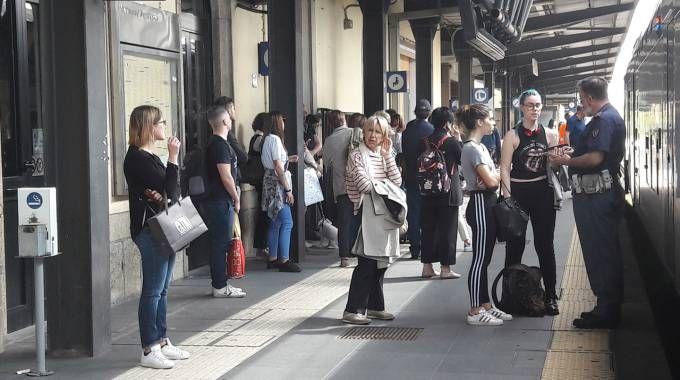 Pendolari in stazione dopo il guasto verificatosi a Pregnana