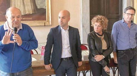 Da sinistra l'assessore Nicola Caprioni, il sindaco Alessio Cavarra, i funzionari comunali