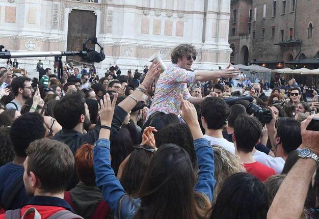 Lodo Guenzi portato in trionfo dai fan (foto Schicchi)