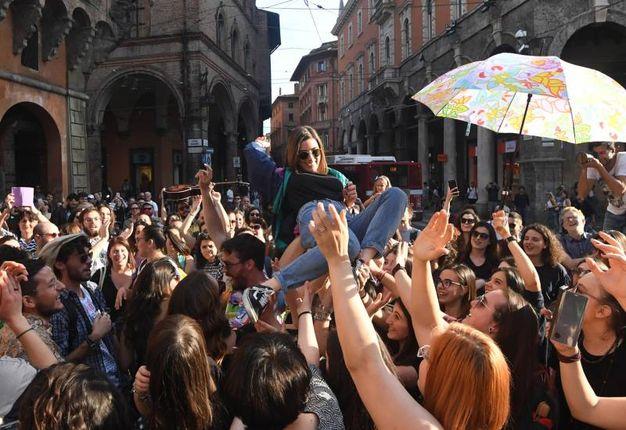 I ragazzi con il megafono hanno invitato tutti ad unirsi alla ripresa (foto Schicchi)