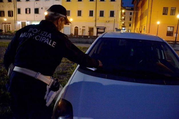 I controlli della polizia municipale nella Ztl della Venezia (foto Simone Lanari)